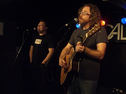 Jonathan Coulton (left) with Paul (right) live in Dublin (2009-11-06)